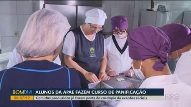 Alunos da Apae fazem curso de panificação em Curitiba - Comidas produzidas já fazem parte do cardápio de eventos sociais.