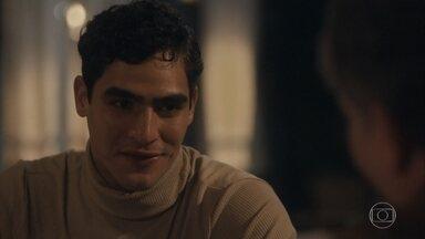 Lúcio conversa com Virgulino sobre Isabel - Ele conta que Isabel aceitou seu pedido de namoro