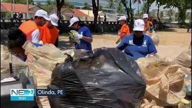 Voluntários recolhem lixo da praia de Bairro Novo, em Olinda - Material coletado na limpeza do local foi enviado para reciclagem.