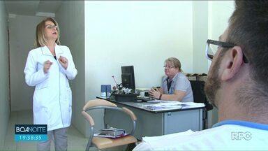 Voluntária escuta angústias e histórias de funcionários de hospital em Cianorte - Para ajudar a deixar a rotina dos funcionários menos pesada, já que lidam todos os dias com dor e dificuldades, advogada tira dia da semana para atender de graça.