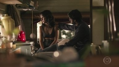 Danilo procura Amanda e diz estar com saudade - Amanda conversa com o ex-namorado sobre o estado de saúde de seu pai