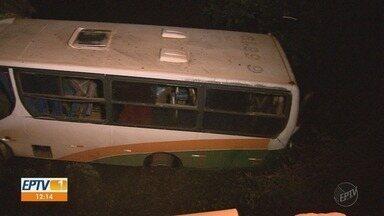 Micro-ônibus cai em córrego e deixa 2 mortos e 5 feridos em rodovia de Cajuru, SP - Segundo o Corpo de Bombeiros, coletivo seguia para Santa Rosa de Viterbo (SP), quando motorista perdeu o controle da direção em uma ponte.