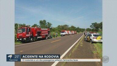 Acidente deixa motorista e passageiro de ônibus feridos em Mococa, SP - Colisão ocorreu na Rodovia Abrão Assed na manhã de domingo (8).