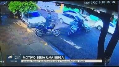 Suposta briga de trânsito termina em acidente grave em Ribeirão Preto - Batida entre carro e moto ocorreu na Rua Luís Barreto.