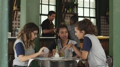Jaqueline conta às amigas sobre jornal comunitário de Zé Carlos - Rita e Raíssa se surpreendem ao saber que o jovem estava denunciando pessoas ligadas à milícia