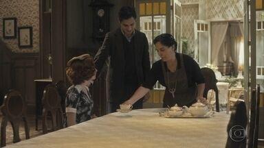 Carlos avisa a Lola que falará com o pai de Mabel sobre o namoro dos dois - Lola e Isabel acolhem Mabel e brincam com o jeito esquisito de Carlos