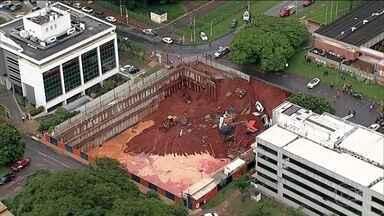 Em Brasília, a chuva forte abre cratera - O asfalto cedeu na borda de um buraco de uma obra. Quatro carros foram engolidos.