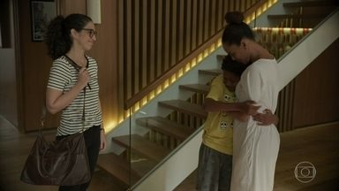 Silvânia avisa a Vitória que acompanhará Tiago mais de perto - O menino garante que não vai mais fugir