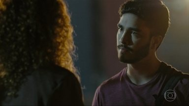 Léo conta para Eliete que flagrou Jaci com Lúcia - O rapaz afirma que Lúcia acabou com o casamento de seus pais