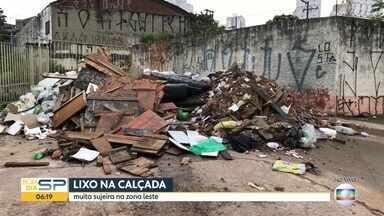 Terreno abandonado na Zona Leste vira ponto de descarte de lixo e entulho - Ponto de descarte irregular fica na Avenida Doutor Francisco Mesquita, ao lado do Rio Tamanduateí