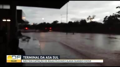 Passageiros reclamam de alagamento no terminal da Asa Sul - O terminal de ônibus fica alagado quando chove muito porque não tem captação de águas pluviais.