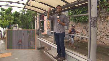 Usuários reclamam há 4 anos de ponto de ônibus em situação precária - O ponto fica no Bairro Jardim Montanhês, região noroeste de Belo Horizonte. Na época de chuva a situação para o usuário só piora.