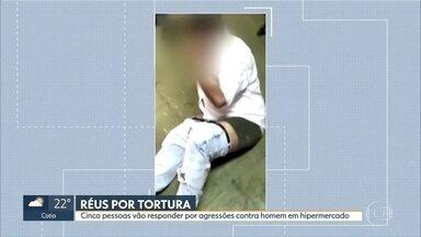 Cinco pessoas vão responder por tortura contra jovem negro no mercado Extra do Morumbi - Três funcionários do hipermercado e dois seguranças terceirizados são acusados de torturar e filmar o ato.