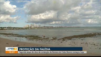 Segunda etapa da obra de contenção da Barreira do Cabo Branco começou hoje em João Pessoa - Serão colocadas rochas na base para evitar que o mar atinja a barreira e continue provocando a erosão.