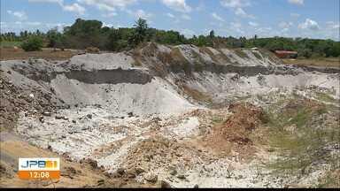 Flagrante de retirada de areia ilegal no município do Conde, litoral norte da Paraíba - Seis pessoas foram detidas em flagrante fazendo extração irregular de areia.