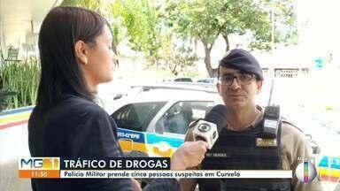 Polícia Militar prende cinco pessoas suspeitas de tráfico de drogas em Curvelo - Segundo a PM, foram apreendidos 5 tabletes de maconha, 32 pinos de cocaína, 32 pedras de crack e 1 rádio transceptor.