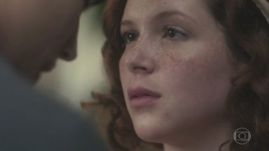 Mabel acha que Carlos está levando uma vida muito corrida - Carlos lamenta que não está conseguindo levar seus sonho adiante
