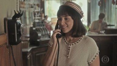 Clotilde liga para Almeida e o chama para conversar - Almeida disfarça e sai para encontrar Clotilde