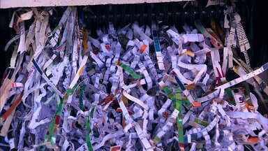 Polícia Federal investiga suposto recolhimento ilegal de livros em escolas do RS - Homem é investigado por se passar por funcionário dos Correios para retirar livros das escolas. Ele é dono de empresa que vende papel higiênico e estaria usando as páginas como matéria-prima.
