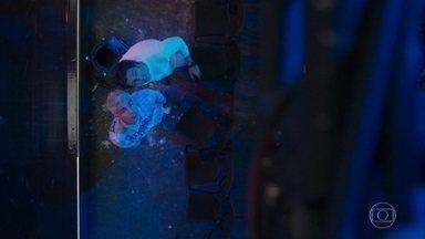 Pablo e Willian investigam a cena do acidente - Willian acaba achando sedutora a cena com Pablo