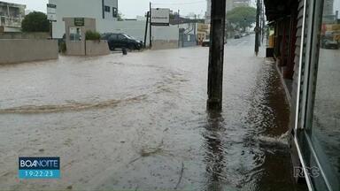 Chuva causa alagamentos em ruas do Centro de Guarapuava - Em apenas 15 minutos choveu mais de 16 milímetros na cidade.