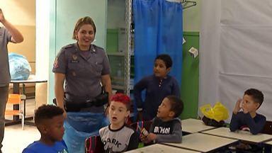 Policiais Militares entregam brinquedos para crianças de Suzano - As crianças que participaram do programa educacional de resistência às drogas e à violência (Proerd) tiveram uma atenção especial.