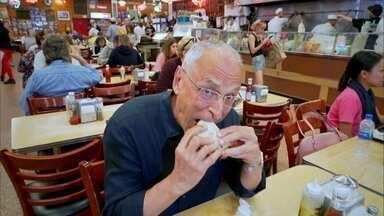 Delicatessen que foi cenário de filme atrai famosos e é cheia de tradições - Na Katz, os frios são a especialidade e o sanduíche mais famoso é o de pastrami. Cena clássica com Meg Ryan, simulando um falso orgasmo em 'Harry e Sally' foi filmada no local.
