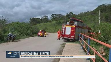 Bombeiros fazem buscas por homem que teria desaparecido durante temporal em Ibirité - Forte chuva chegou a arrastar carros na cidade da Região Metropolitana de Belo Horizonte.