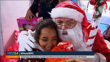 """Crianças do projeto """"Magia do Boxe"""" recebem presentes da Campanha de Natal da RPC - O Papai Noel fez a entrega neste sábado (14)."""