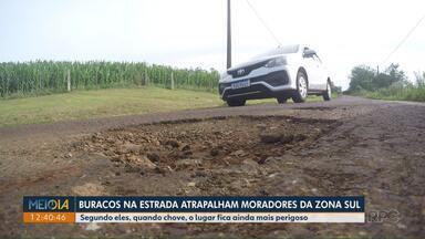 Moradores reclamam de buracos em estrada na zona sul de Londrina - Segundo eles, quando chove, o lugar fica ainda mais perigoso.