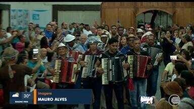 Músicos e fieis festejam aniversário de Luiz Gonzaga - Músicos e fieis festejam aniversário de Luiz Gonzaga