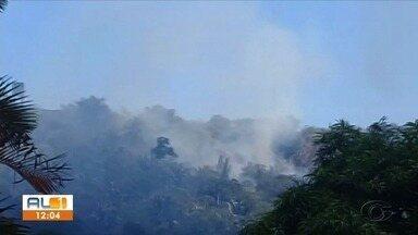 Incêndio que ja dura três dias assusta moradores de Fernão Velho, em Maceió - Chamas se espalharam pela vegetação.