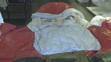 Papai Noel inflável desaparecido é encontrado em matagal - O boneco foi encontrado em um matagal, em Nova Lima. Ele ficou desaparecido por três dias.