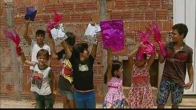 Alunos de Monte Santo de Minas distribuem presentes para crianças em bairro carente - Ideia surgiu durante aulas de teatro da escola.