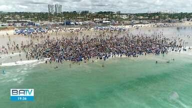 Batismo coletivo leva dois mil evangélicos à praia de Jaguaribe, em Salvador - Os fiéis fazem parte da Igreja Batista. Confira.