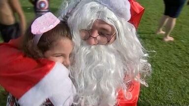 Papai Noel chega de helicóptero em Boraceia - Sempre inovando, o Papai Noel, que chegou de Balão no ano passado, dessa vez veio de de helicóptero em Boraceia.