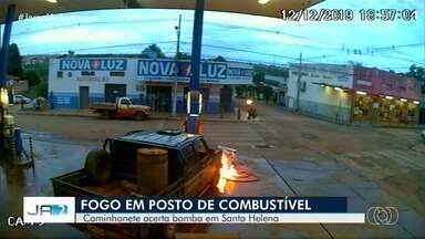 Caminhonete bate em bomba de combustível e provoca incêndio, em Santa Helena de Goiás - Câmeras de segurança registraram o momento. Dono do posto conta que 'susto foi grande'.
