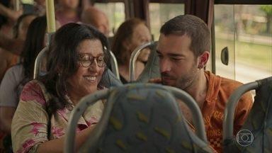 Lurdes leva Sandro para sua casa - Ela mima o filho e relembra o passado