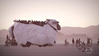 """Burning Man: conheça carros preparados como obras de arte - Evento nos EUA tem modelos """"malucões"""" em cenário desértico."""