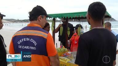 Defesa Civil fiscaliza ambulantes nas praias de Cabo Frio, no RJ - Objetivo era fiscalizar as condições de segurança dos carrinhos dos vendedores ambulantes.