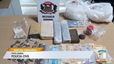 Nove pessoas são presas por roubo e tráfico de drogas durante operação em Bananal - Operação começou na madrugada deste domingo (15), e foram apreendidos cerca de quatro quilos de drogas.