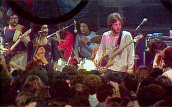 Santa Esmeralda se apresenta no Brasil - O grupo espanhol, que fazia sucesso na parada americana, fez shows em discotecas de São Paulo e do Rio de Janeiro. O público brasileiro se encantou com a energia dos integrantes no palco.