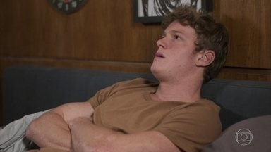 Filipe pensa em Rita - Leila aparece e convida Filipe para sair