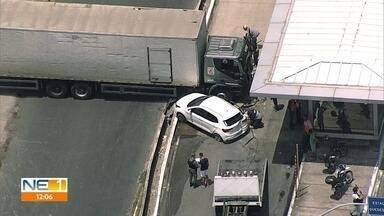 BRT, caminhão, carro e moto se envolvem em acidente na PE-15, em Olinda - Ocorrência foi registrada na manhã desta terça-feira (17), no sentido Recife da via.