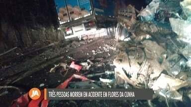Três pessoas morrem em acidente entre dois caminhões e um carro na ERS-122, em Flores - Colisão aconteceu na noite desta segunda-feira (16).