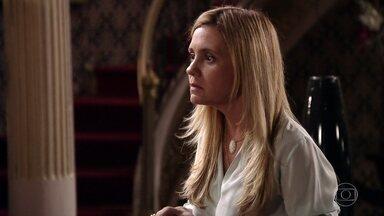 Carminha se irrita com perguntas de Nina - Nina aproveita surto da vilã para tentar descobrir algo sobre o passado dela no lixão