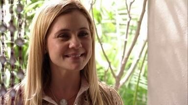 Carminha procura Neide - Nina observa a vilã saindo de casa