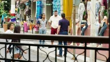 Madureira e Jaqueline pressionam Marco - O policial fica indignado com a suspeita dos dois