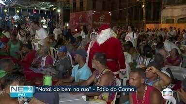Voluntários levam alegria de Natal para quem vive na rua - Evento ocorre no Pátio do Carmo, no Recife