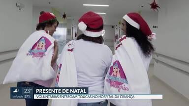 Voluntárias fazem toucas de crochê para crianças com câncer - As voluntárias são do projeto Touquinhas da Alegria. Elas entregaram nesta terça (17), 140 toucas para pacientes do Hospital da Criança de Brasília.